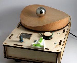 A rotating wooden saddle is capable of trapping a ball in centre, preventing it from falling off.